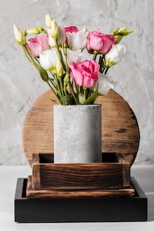 꽃병에 아름다운 장미와 배열