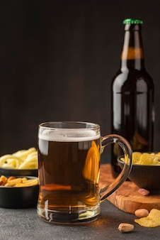 ビールジョッキと軽食のアレンジメント