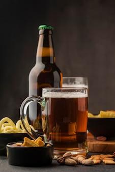 Disposizione con boccale di birra e bottiglia
