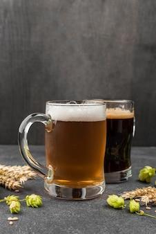 Disposizione con boccali di birra e grano