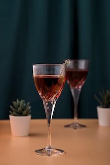 Композиция с напитками и небольшими растениями