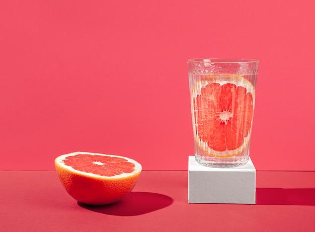 Disposizione con metà arancia rossa