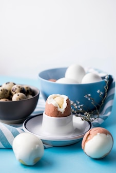 Arrangement with boiled eggs and bowls