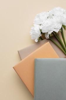 本と白い花のアレンジメント