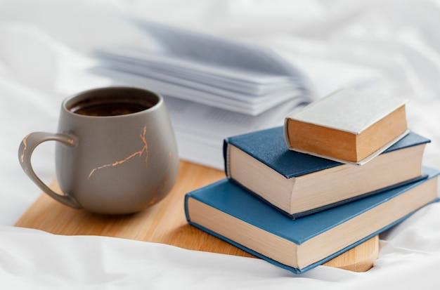 Allestimento con libri e tazza a bordo