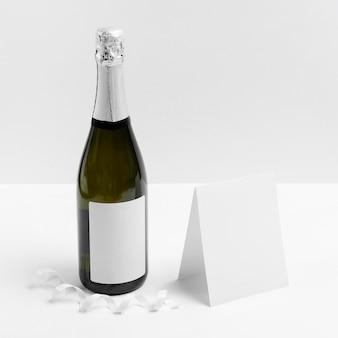 Disposizione con bottiglia e nastro