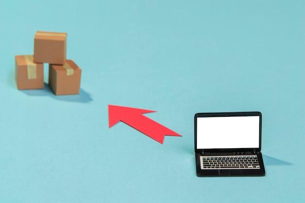 ボックスとラップトップの配置