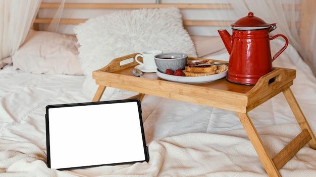 ベッドとタブレットでの朝食の手配
