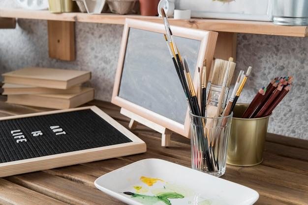 Arrangement with brushes on desk