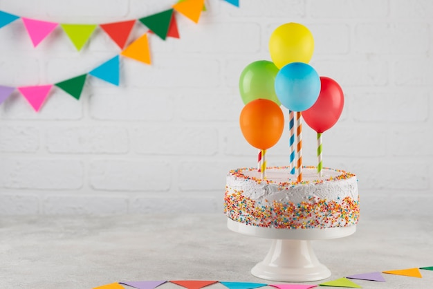 Arrangement with cake and balloons