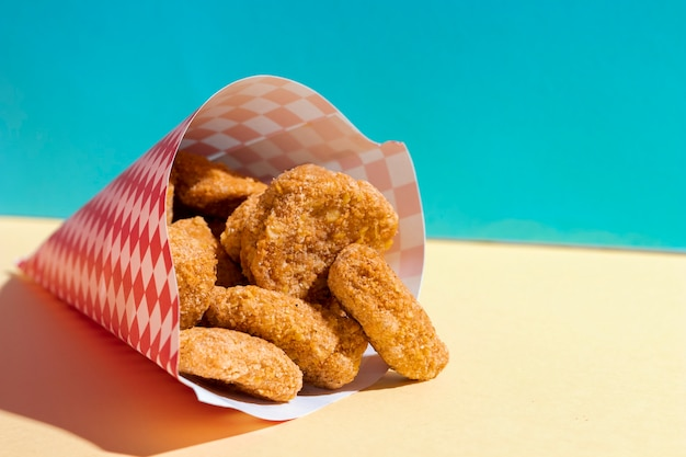 Arrangement with chicken nuggets in wrapping