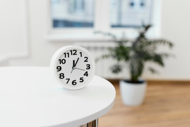 Arrangement with clock on table