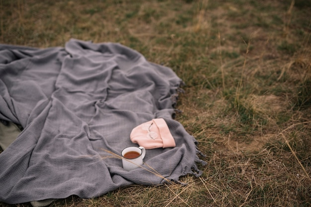 Arrangement with coffee cup and blanket