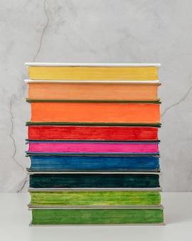 Disposizione con libri colorati