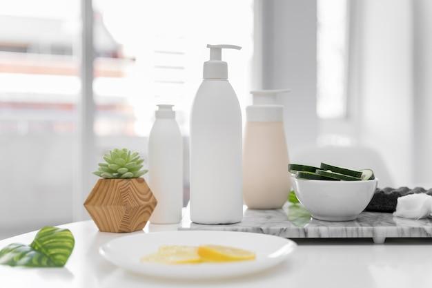 Disposizione con contenitori per crema