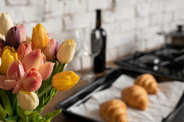 クロワッサンと花のアレンジメント
