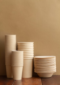 Arrangement with cups and plates