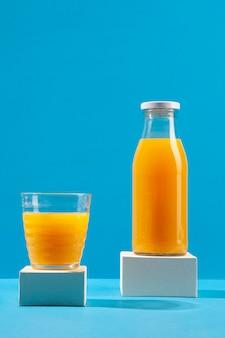 Disposizione con delizioso succo d'arancia