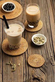 Arrangiamento con delizioso tè tailandese tradizionale