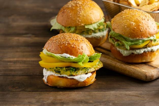 Arrangiamento con delizioso hamburger vegano