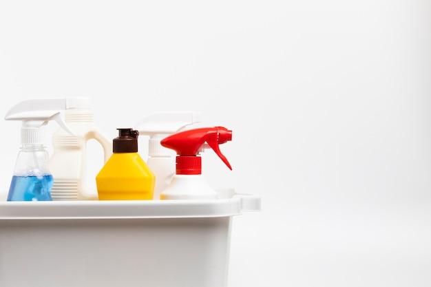 Расположение с моющими бутылками в тазу