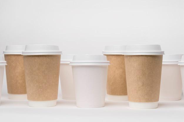 Композиция с разными кофейными чашками