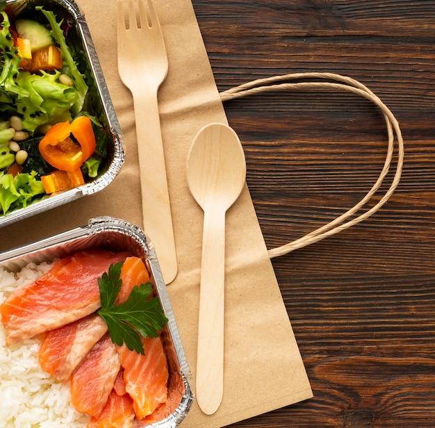 Disposizione con pasti diversi su un tavolo di legno