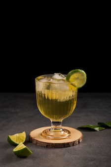 Arrangement with drink and lime slice