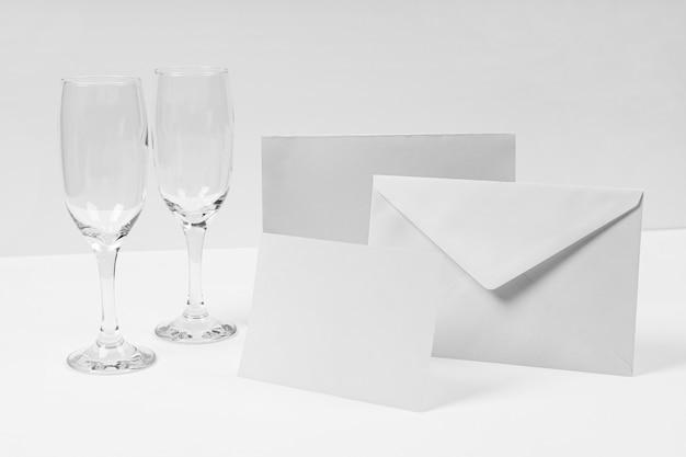 Disposizione con busta e bicchieri