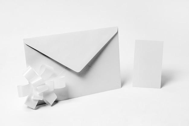 Disposizione con busta su sfondo bianco