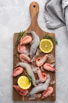 냉동 바다 음식을 테이블에 배치
