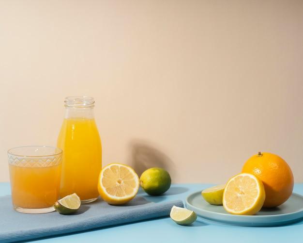 Disposizione con frutta e bevande