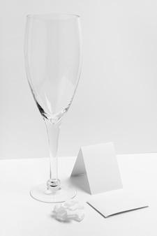 Композиция со стеклом на белом фоне