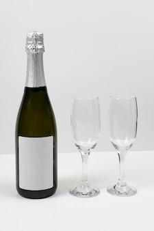 Arrangement with glasses and bottle