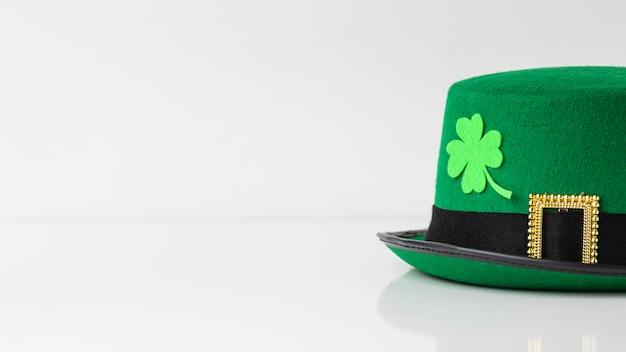 Arrangement with hat and clover