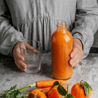 Композиция со здоровым напитком из моркови