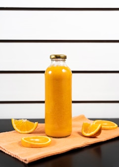 Disposizione con bottiglia di succo e frutta