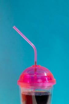 Композиция с чашкой сока и синим фоном