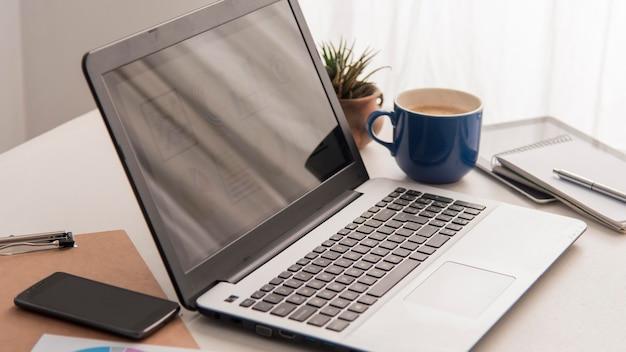 Расположение с ноутбуком и телефоном