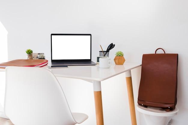 机の上のラップトップとの配置