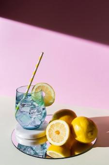 Disposizione con limoni e bibita