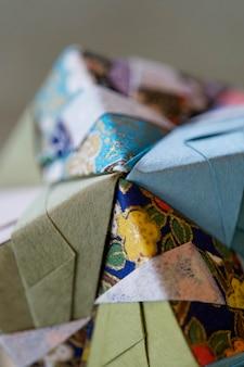 Arrangiamento con oggetto realizzato con origami