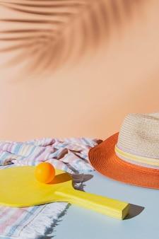 Disposizione con pagaia e cappello