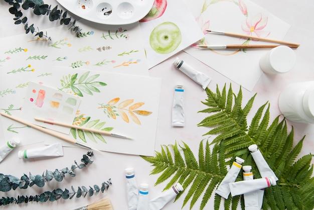 Disposizione con pittura e foglie