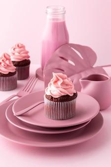 Disposizione con elementi rosa e cupcakes