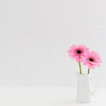 白い花瓶にピンクの花のアレンジメント