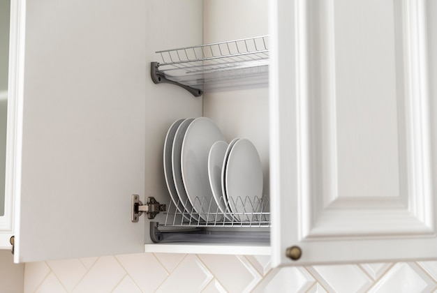 Arrangement with plates in the cabinet