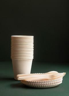 Disposizione con piatti, tazze e posate