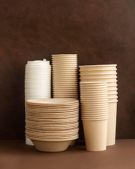 Arrangement with plates and cups