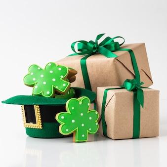 Disposizione con regali e biscotti
